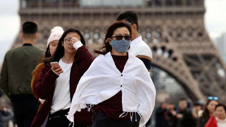 Turistii la Turnul Eiffel din Paris, întrucât Franța confirmă prima moarte a coronavirusului.  Imagine de fișier